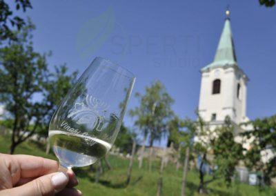 Kostelík nad Derflou: Tento pohled můžete najít nad sklepem u Hronů, kde se zároveň úžasně piknikuje.